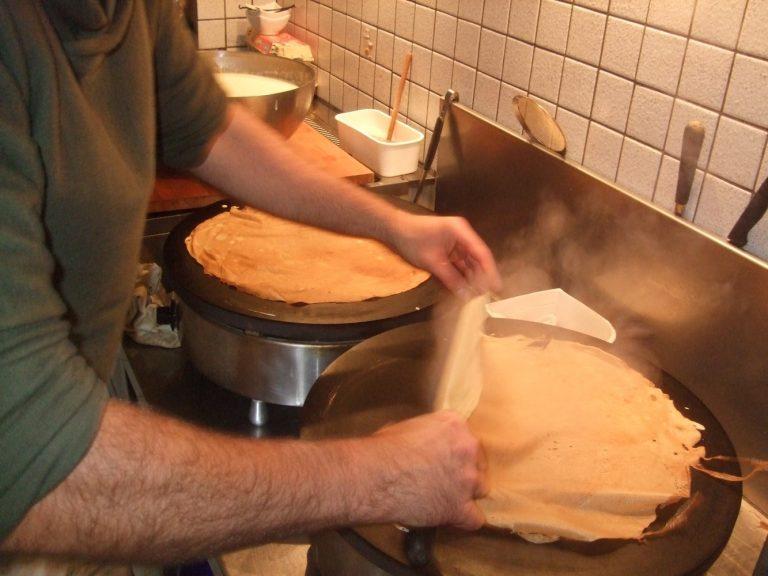 Cêpes faites maison pour le petit déjeuner compris dans le tarif à la nuitée