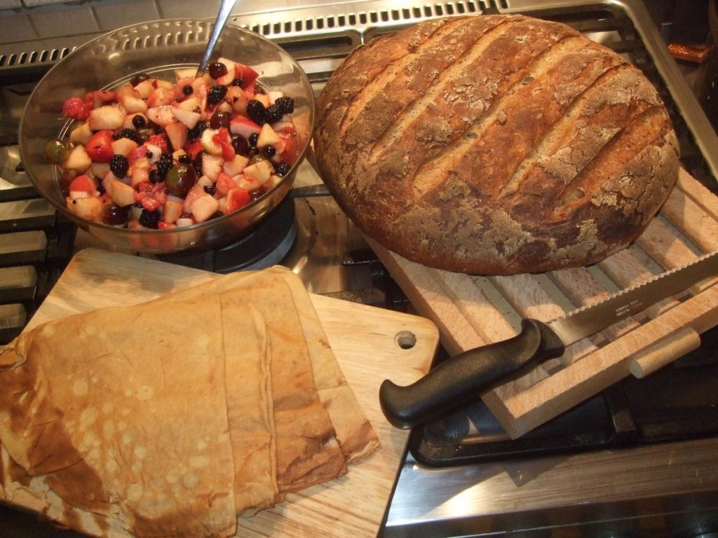 Salade de fruits, crêpes et pain au levain