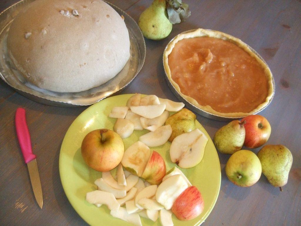 Pâte à pain et tarte aux pommes pour petit déjeuner fait maison